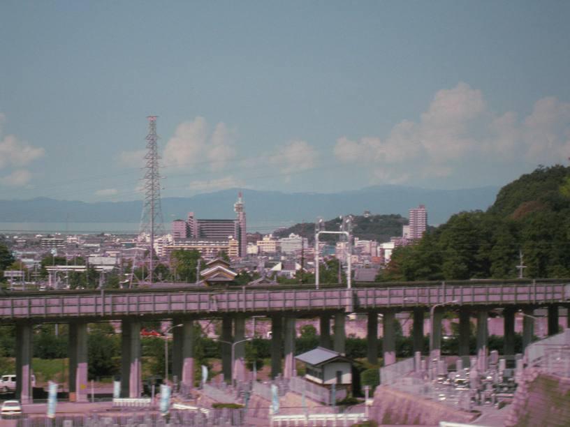 車窓の左山頂に彦根城